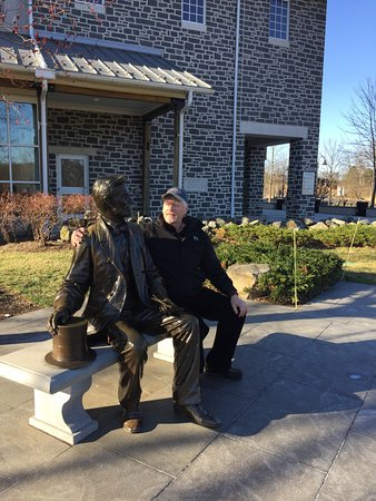 Parco nazionale militare di Gettysburg: Outside the Visitor's Center talkng with President Lincoln before his Gettysburg Address Speech