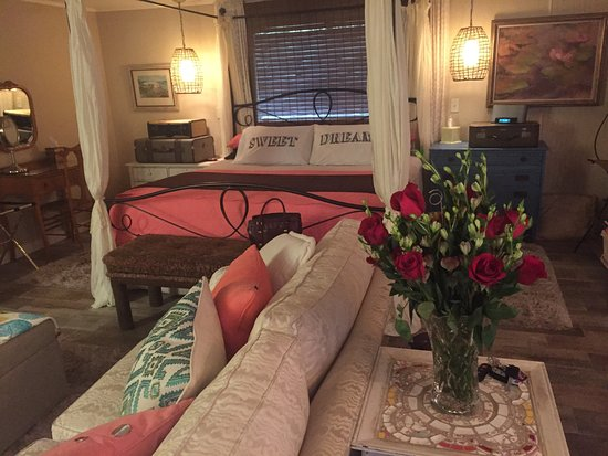 Azalea Plantation: Magnolia Suite! Great for a romantic getaway. Wonderful hosts and great amenities. We will defin