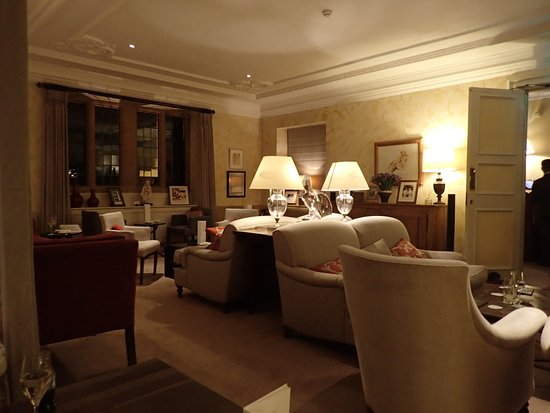 Belmond Le Manoir aux Quat'Saisons : Lounge for Pre Dinner Drinks