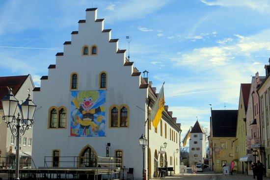 Schongau, Tyskland: Ballenhaus / ehemaliges Rathaus von 1515 und Polizeidienerturm aus dem 13.Jhd.