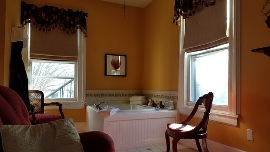 Stanhope, NJ: Jacuzzi tub in the Walnut Valley Suite