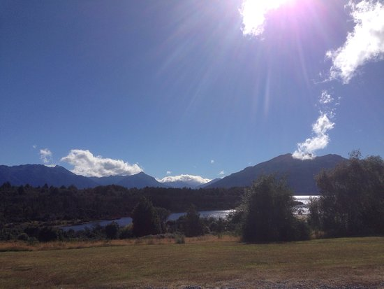 Fiordland National Park Lodge: Views from the lakeside at Fiordland National Park Motel
