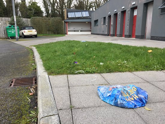 Jordanstown Loughshore Caravan Park: Rubbish left lying around
