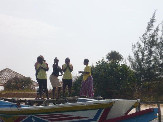 Mar Lodj, Senegal: une petite danse d'adieu de toute l'équipe, merci les filles....