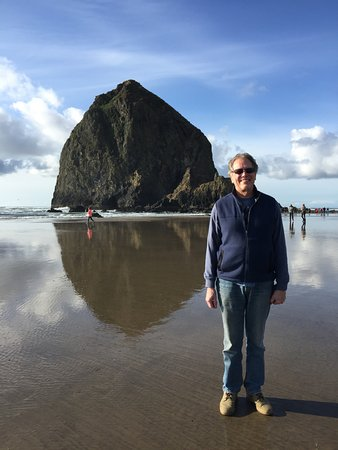 Stephanie Inn: Haystack Rock, steps from our suite
