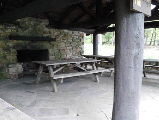 Fort Loudon, Pensilvania: Inviting pavilons beckon one to come and visit with friends and family over a nice picnic/bar-b-