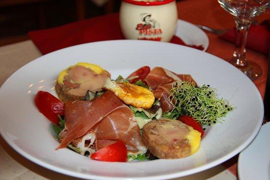 Vörös Postakocsi étterem: салатик с фуагрой