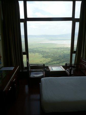 Ngorongoro Wildlife Lodge: Zimmerausschnitt mit Ausblick