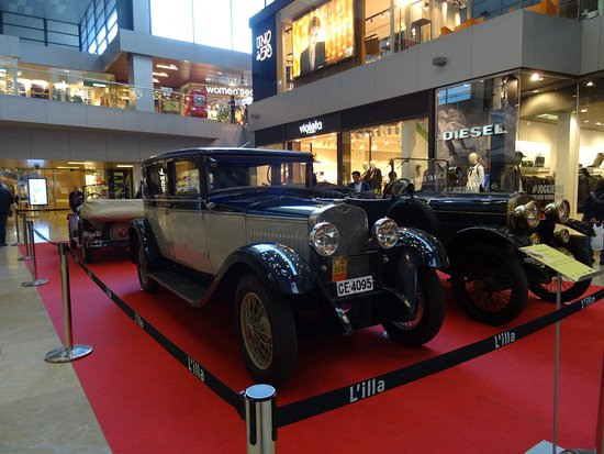 Exhibici n autos antiguos pasillos centro comercial bild von l 39 illa diagonal barcelona - Centro comercial lilla ...