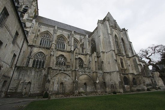 St Riquier, Francia: The abbey church from the cloisters