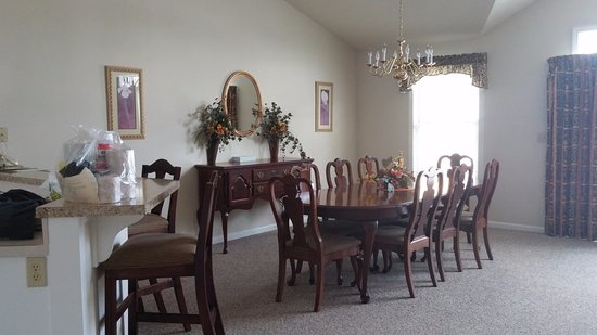 Bethel, ME: Dining area in one-bedroom townhouse