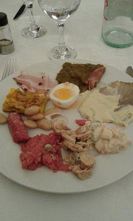 Narzole, Италия: Una scelta fra i molti antipasti... squisiti!