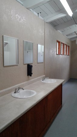 Roseburg, OR: Twin Rivers Vacation Park -Bath house with new sink,new paint... 2017