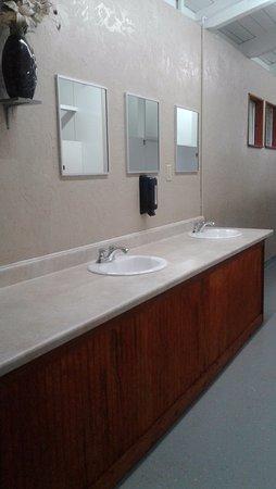 Roseburg, OR: Ladies Bathroom Lower Park