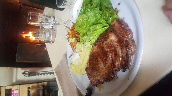 Blaison-Gohier, France : Un bon repas servi au coin du feu avec le sourire et l'amabilité de la patronne... au top !!! Je