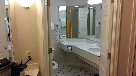 La Quinta Inn & Suites Orlando Convention Center: baño