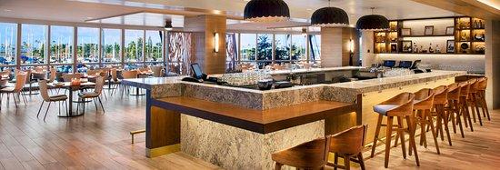 100 Sails Restaurant & Bar: Bar seating area
