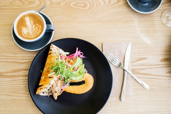 Papamoa, Yeni Zelanda: Fish taco washed down with a 100% Organic Kokako coffee