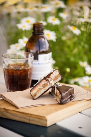 Papamoa, Yeni Zelanda: Raw peppermint slice with a Kokako cold brew