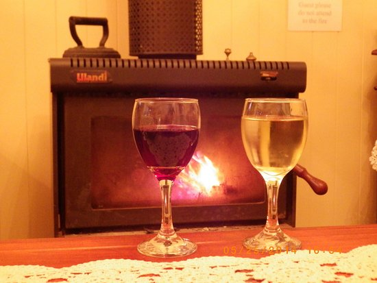 Eagle Heights, Australia: Cosy up with a glass of wine by the fire.