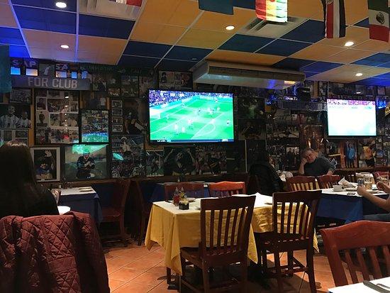 Elmhurst, Νέα Υόρκη: Excelente servicio rápido amable un ambiente para los amantes del futbol . La comida es genial t