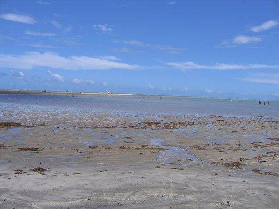 Beira mar da Praia do Holandês em Lucena, ao fundo bancos de areia