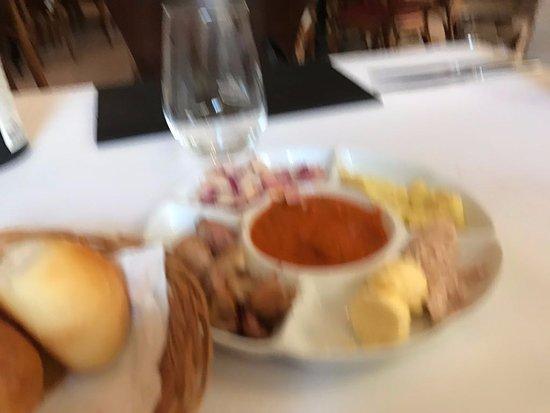 Bellini : entrada com pães e patês. Simples, fresco e saboroso.