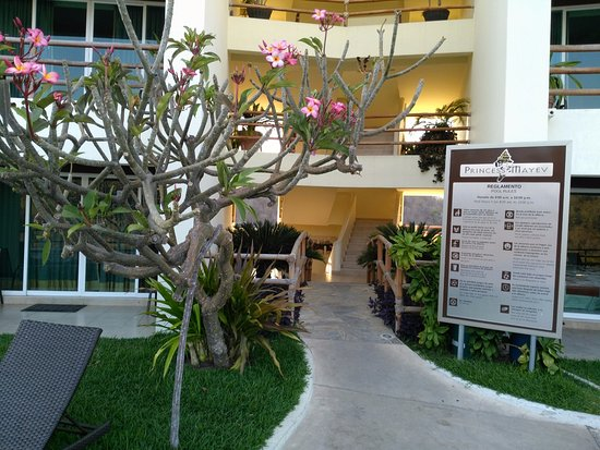 Princess Mayev Hotel : Walk way to the rooms