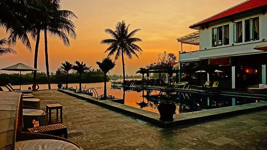 Hoi An Beach Resort: Sunset by the pool