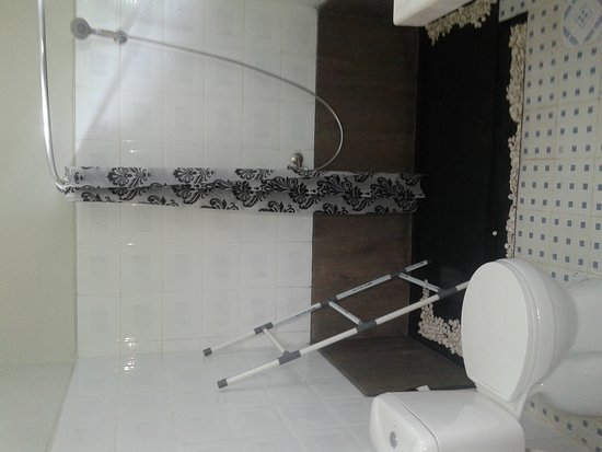 Gilimanuk, Indonésie : Twin bed room with bathroom shower hot water