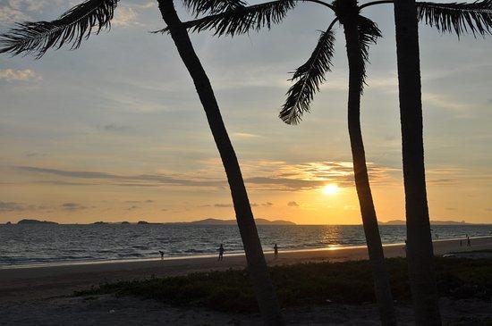 Bansung Beach: La spiaggia di Bansung vista dalla camera suite fronte mare dell'albergo