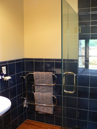 Huntington Stables Retreat Accommodation: Bathroom in The Stall has a shower but no bath.