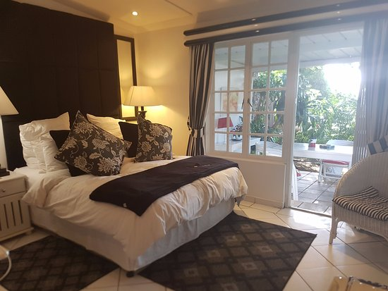 Duikerfontein Bed and Breakfast: Big King bed with a lovely patio.