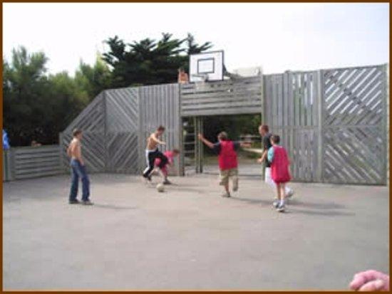 Pentrez, Франция: Le terrain  multisports