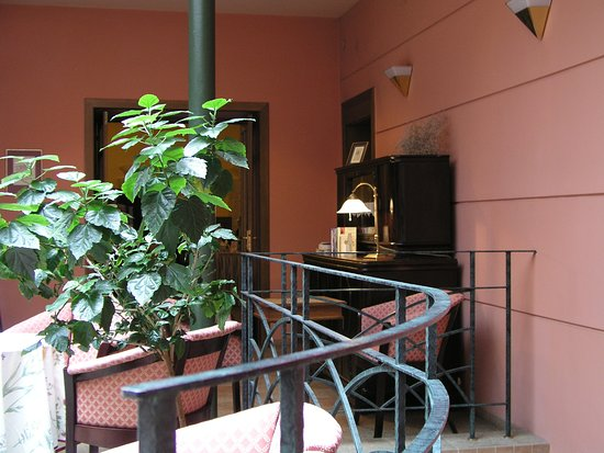 Rzymski Hotel: bar and entrance to the main restaurant