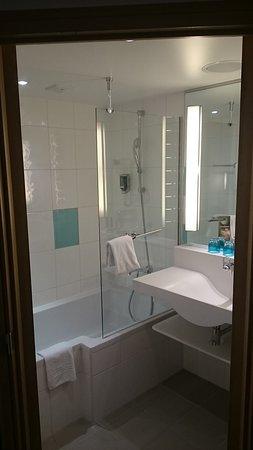 Badezimmer mit Dusche und Waschbecken, WC in eignem Raum - Bild von ...