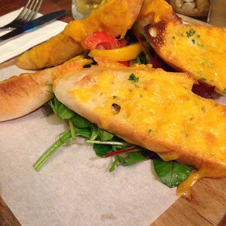 Oughterard, Irlanda: Garlic bread w/ cheese, parfait pour l'apéro