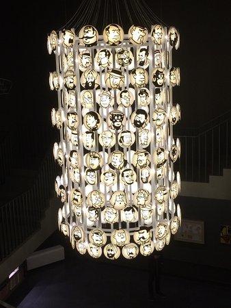 Musée Hergé : grote hanglamp in hal museum