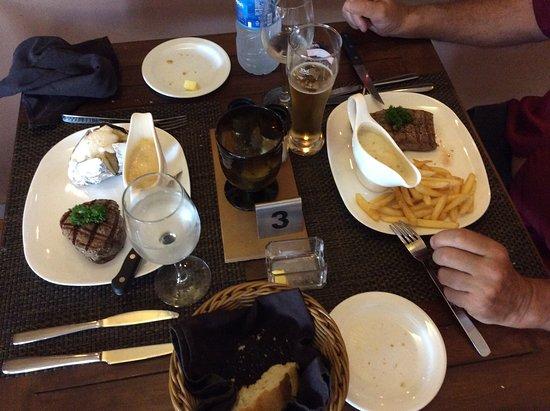 Grande Riviere Noire: filet de boeuf à gauche et faux filet a droite avec sauces