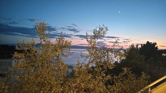 Infinity Blue: Μαγευτικό ηλιοβασίλεμα απόλαυση στο Απέραντο Γαλάζιο