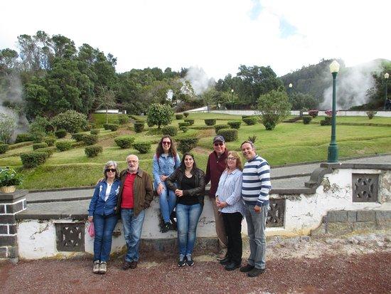 Belazorica Azores Tours: Um grupo duas línguas diferentes mas a mesma explicação para ambas graças ao excelente profissio