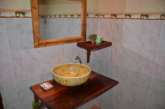 Lao Lu Lodge: The wash basin and some cosmetics...