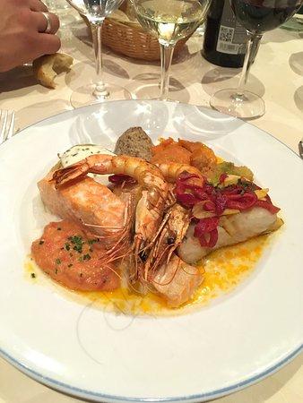 Bouliac, France: Gâteau de crabe et gambas décortiquée, parillada de poissons (saumon, St Jacques, gambas), île f