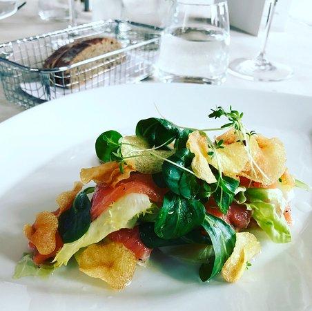 Krumbach, ออสเตรีย: Gebeizte Lachsforelle auf Nüsslisalat und Kartoffelchips