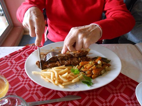 Relais Saint-Exupery: lamsbrochettes met frietjes en groente