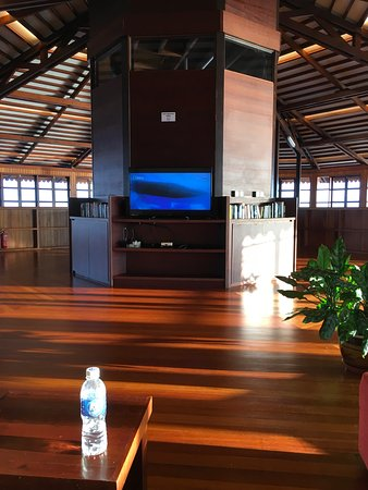 Lankayan Island Dive Resort: TV area & library