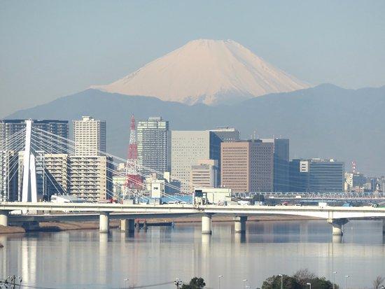 Zoomed View Of Mt Fuji From Room 0645 The Haneda 09 Mar 17 Picture Of The Royal Park Hotel Tokyo Haneda Ota Tripadvisor