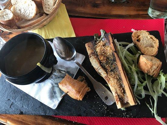 Enchastrayes, Γαλλία: Os à moelle et soupe aux oignons.