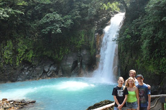 Tenorio Volcano National Park, Costa Rica: Our guide taught us an optical illusion while viewing the falls!