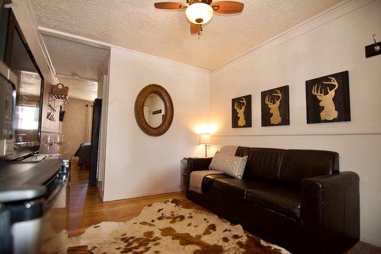 هوتل ريلاند: Suite 113- King Suite at Hotel Ryland.  Mini frig., microwave, cozy living area.  